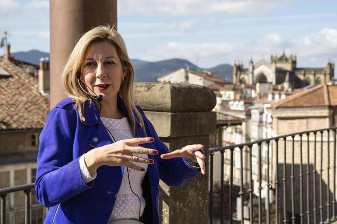 """La escritora Eva García Sáenz de Urturi presentando en Vitoria a los medios de comunicación """"Los señores del tiempo""""."""