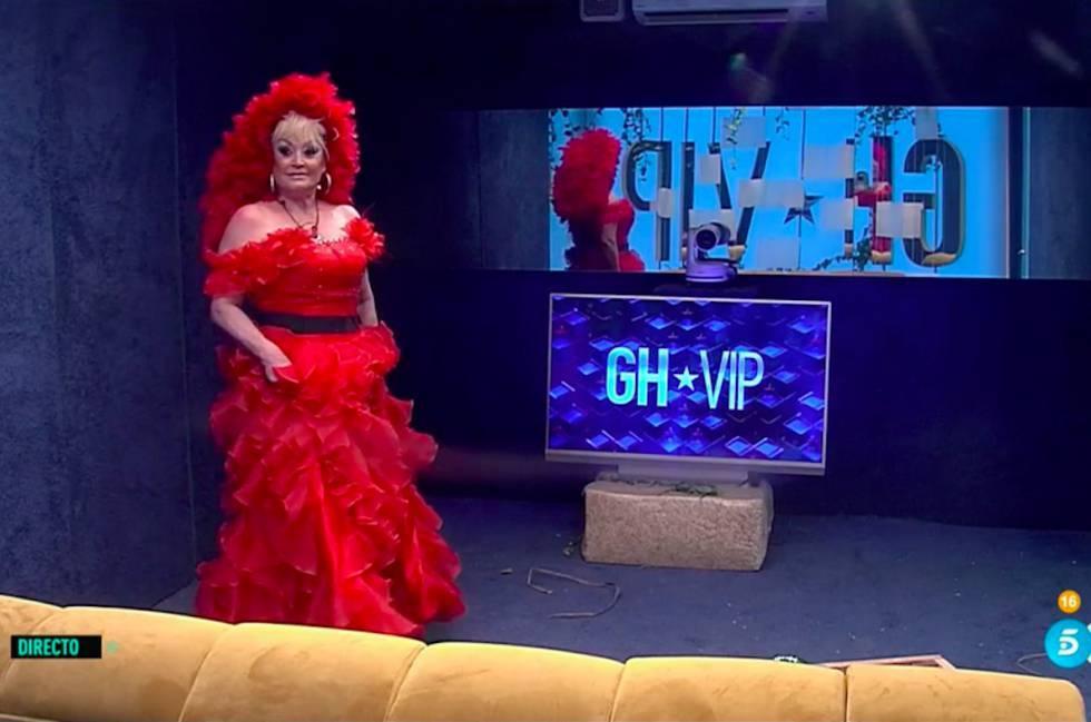 Aramis Fuster, con vestido rojo y sin bragas, en su rotunda entrada a...