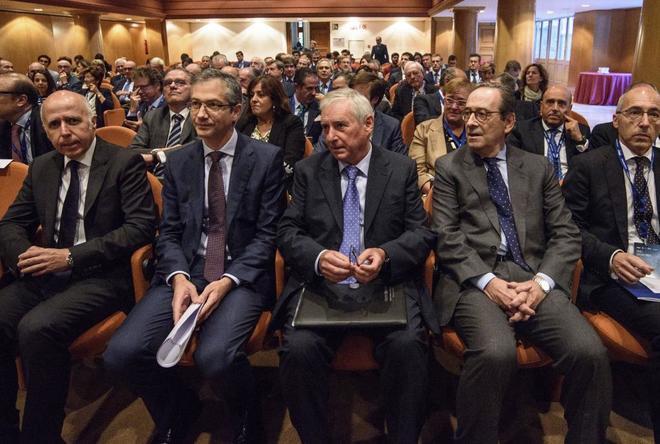 El gobernador del Banco de España, Hernández de Cos, segundo por la izquierda, y el presidente de Kutxabank, segundo por la derecha, en la jornada.
