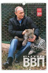 Vladimir Putin acaricia a un cachorro de leopardo en una de las...