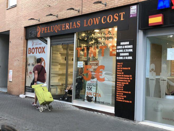 La fachada de una peluquería de Sevilla la cadena investigada.