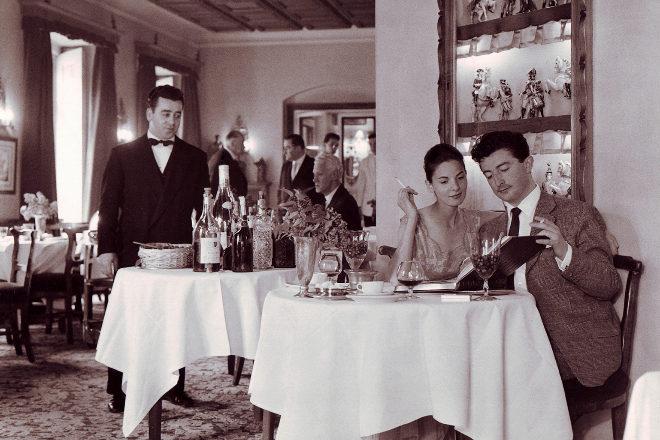 Interior del restauranta Horcher de Madrid, situado cerca de la Puerta de Alcalá, a mediados de los años 50.