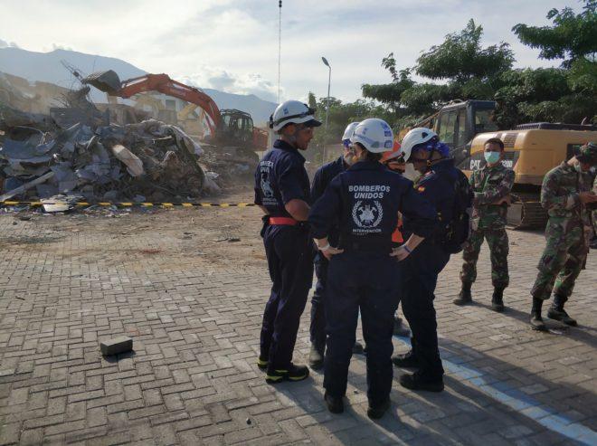 El equipo español de rescate recién llegado a Palu, junto a los restos del Hotel Roa Roa.