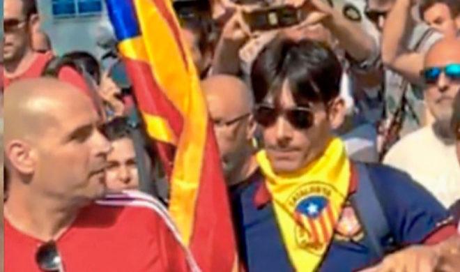 Francisco López Gómez, con el pañuelo amarillo, momentos antes de pegar al policía.