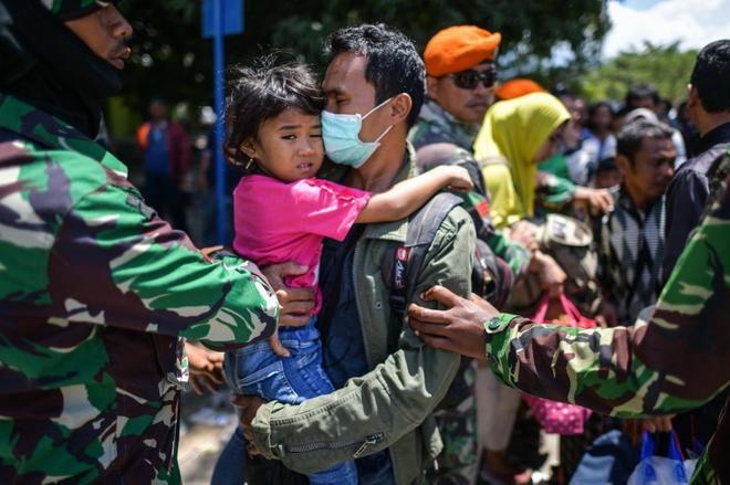 Evacuaciones en la ciudad de Palu, en ruinas tras el terremoto y tsunami que golpeó la isla de Célebes, en Indonesia