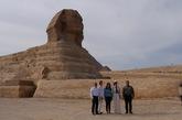 Melania Trump posa al pie de la gran esfinge de Giza.