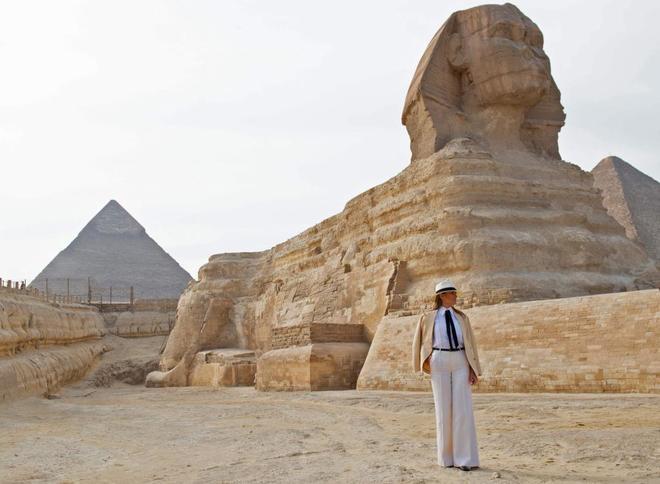 Malania Trump posa ante la gran esfinge de Giza.