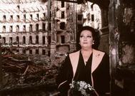 Montserrat Caballé, en las ruinas del Liceu, tras el incendio de 1994.