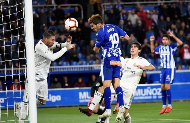 Manu García marca de cabeza el gol de la Vitoria del Alavés ante el Madrid.