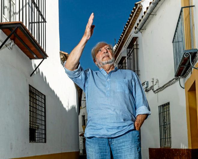 Julio Anguita conversa con uno de sus vecinos en Córdoba.