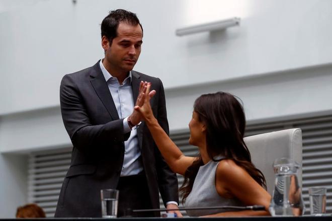 Begoña Villacís e Ignacio Aguado se saludan antes del reciente...