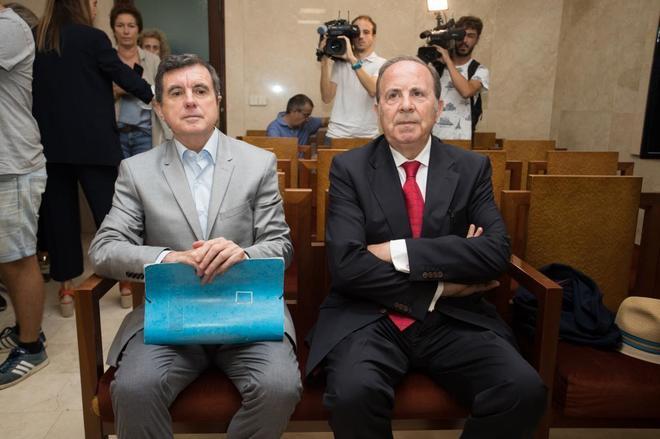 Jaume Matas y José María Rodríguez, este lunes en el banquillo.
