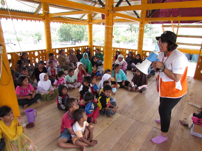Una responsable enseña canciones a los pequeños para que sepan como protegerse en caso de necesidad.