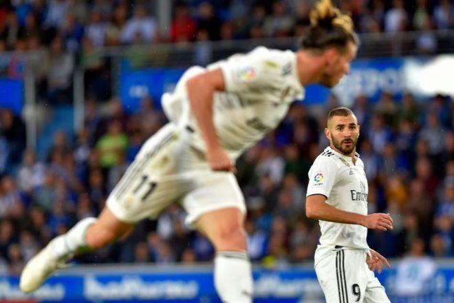 Bale cabecea un balón ante la mirada atenta de Benzema