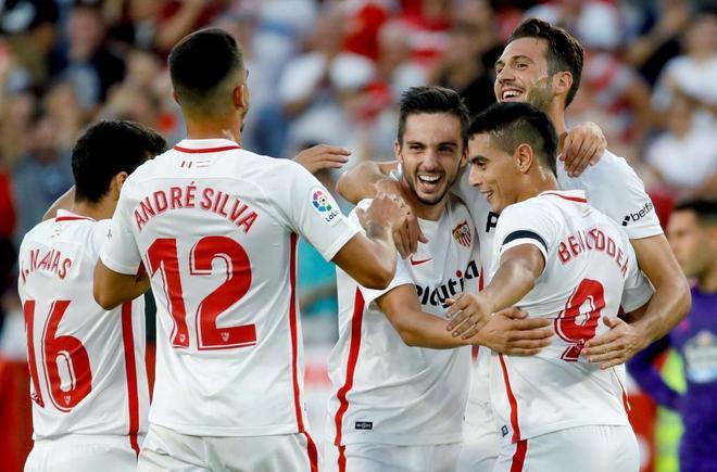 Los jugadores del Sevilla celebran el gol de Ben Yedder.