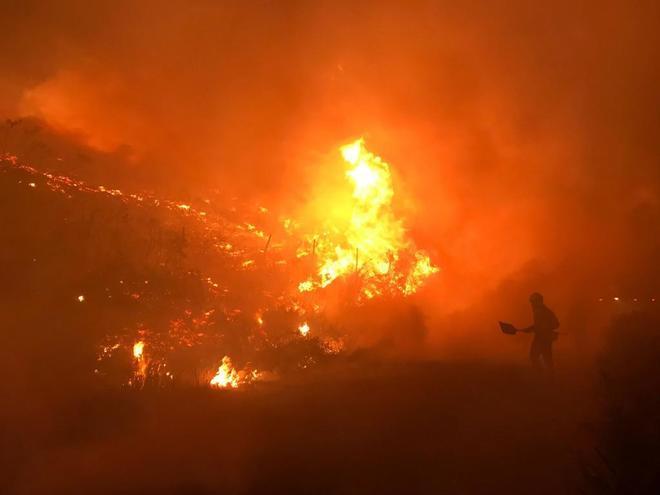 El incendio forestal que está activo en Mondariz ha obligado a desalojar a 60 personas.