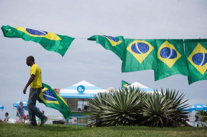 Un hombre vende banderas de Brasil frente a la residencia del candidato ultra Jair Bolsonaro.