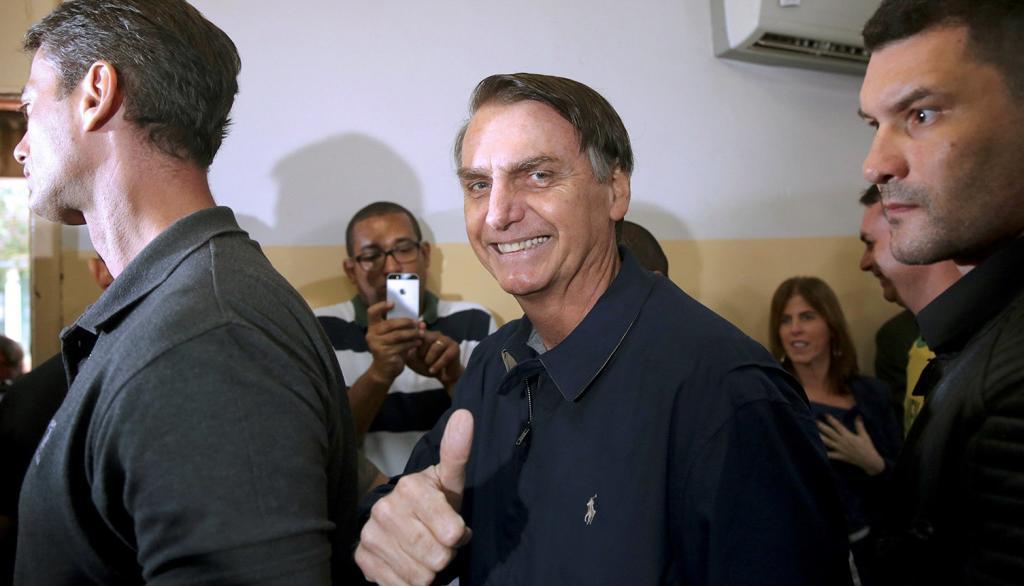 El candidato ultraderechista Jair Bolsonaro vota ayer en una región...