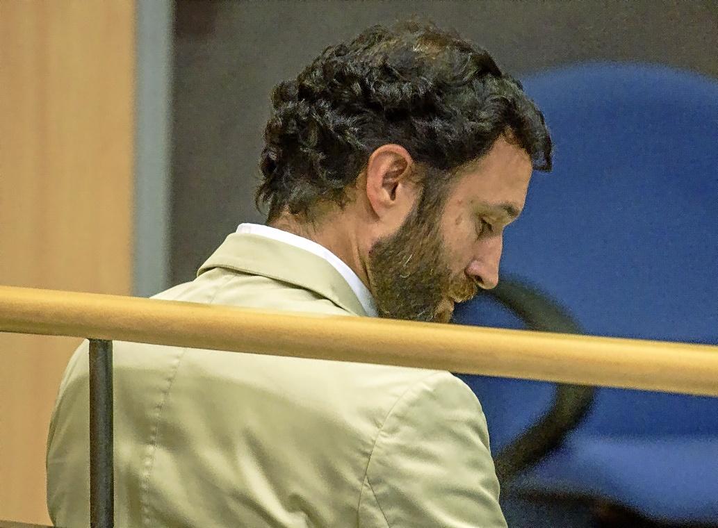 El profesor de Gaztelueta acusado de abusar sexualmente de un alumno, en la primera jornada del juicio.