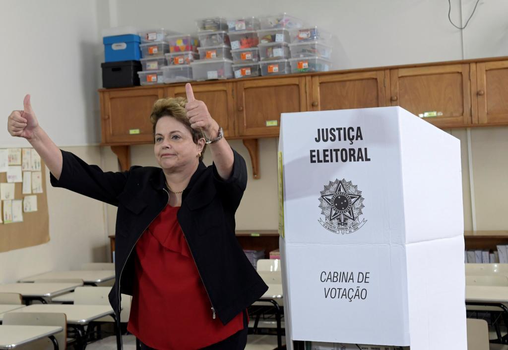 La ex presidenta de Brasil y candidata al Senado, Dilma  Rousseff, emite su voto, ayer en Belo Horizonte, Brasil.