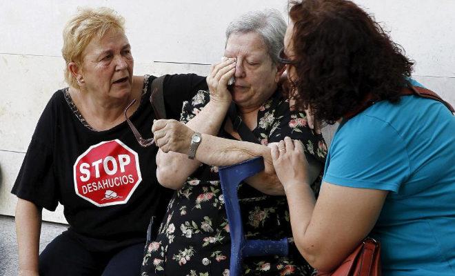 Una anciana desahuciada en Valencia, en una imagen de archivo.