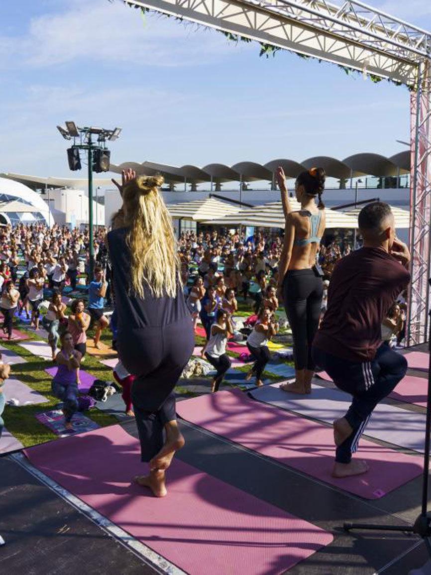 Durante 90 minutos se practicó yoga para todos los niveles de la mano...
