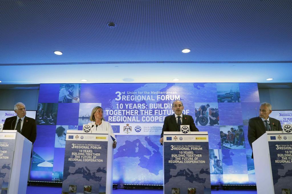 El ministro de Asuntos Exteriores de España, Josep Borrell junto a representantes del foro