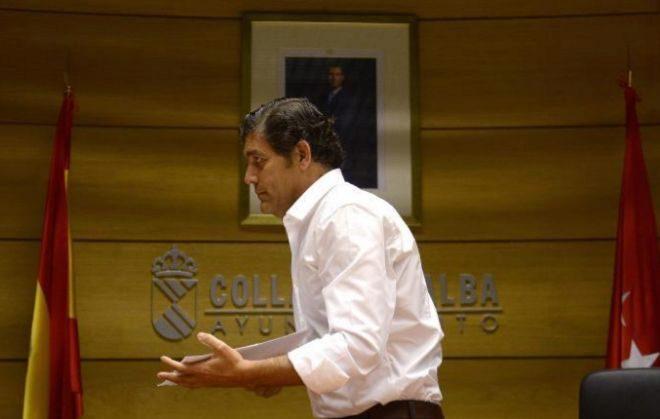 El ex alcalde de Villalba Agustín Juárez tras anunciar su dimisión en 2014.
