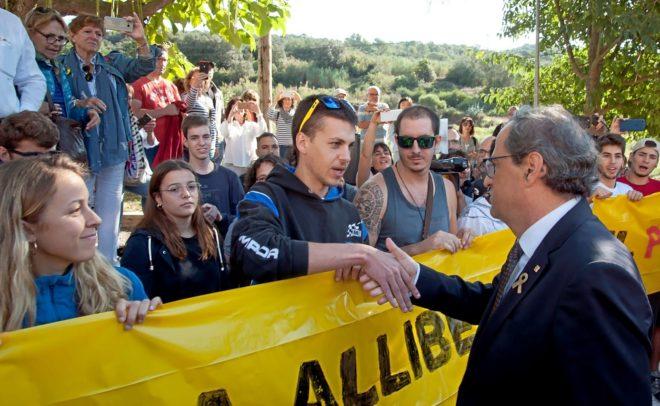El presidente de la Generalitat, Quim Torra, saluda a varios miembros de los CDR concentrados en Gerona con motivo del primer aniversario del 1-O.