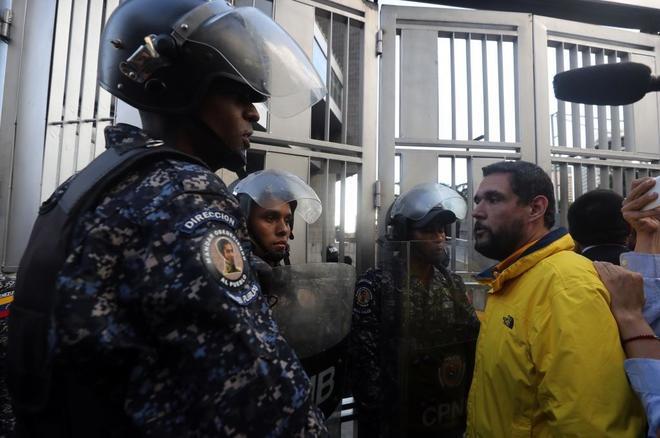 Familiares y amigos de Fernando Albán llegan a la sede del Sebin en Caracas.