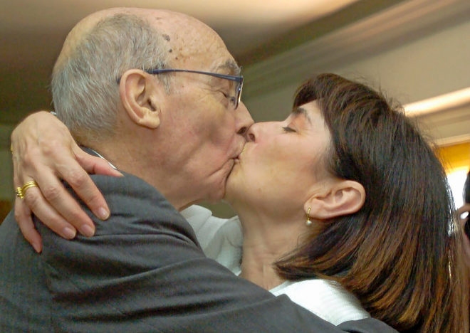 Beso de recién casados entre el escritor y la periodista Pilar del Río