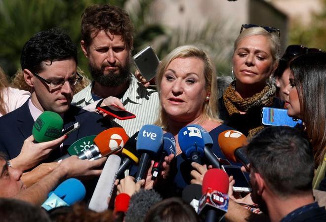 Inés Madrigal, en el centro, atiende a los medios tras conocer la...