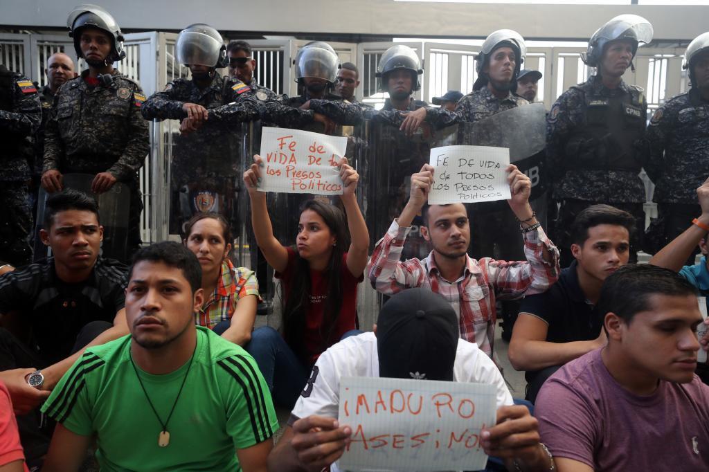 Simpatizantes de opositores venezolanos presos se manifiestan por la muerte del concejal Fernando Albán, ayer en Caracas.