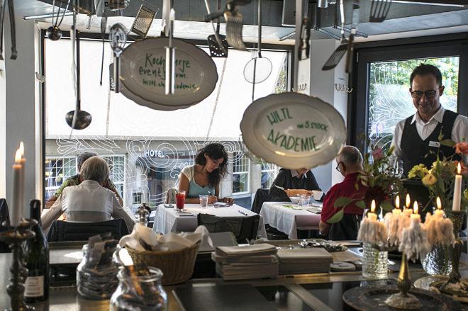 Uno de los salones del restaurante de Récord Guinness, localizado en un histórico edificio de tres plantas en el centro de Zúrich.