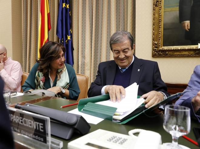 La 'popular' Beatriz Escudero, junto a Francisco Álvarez Cascos, en la comisión del Congreso.