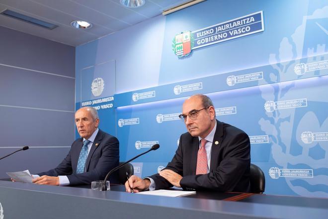 Jon Darpón junto a Josu Erkoreka durante la rueda de prensa tras el consejo de Gobierno.
