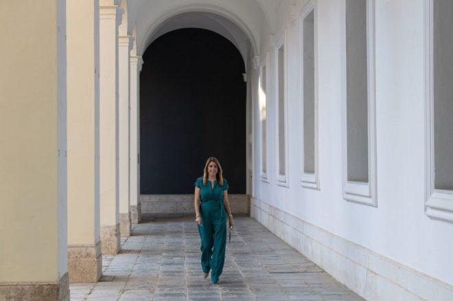 Susana Díaz se dirige al salón de actos del Palacio de San Telmo rodeando el patio.