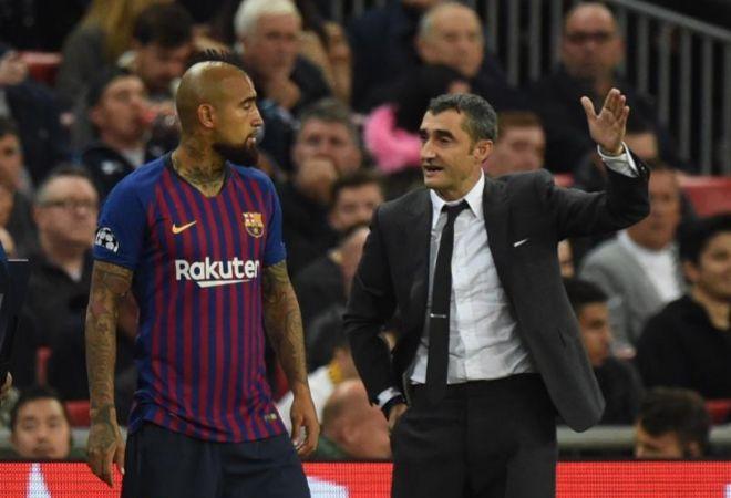 Ernesto Valverde da instrucciones a Arturo Vidal en la banda.