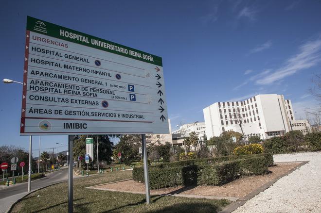 Los carteles a la entrada del Hospital Reina Sofía de Córdoba.