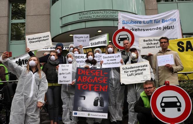 Un grupo de activistas protestan contra las emisiones ante el Tribunal Administrativo de Berlín.