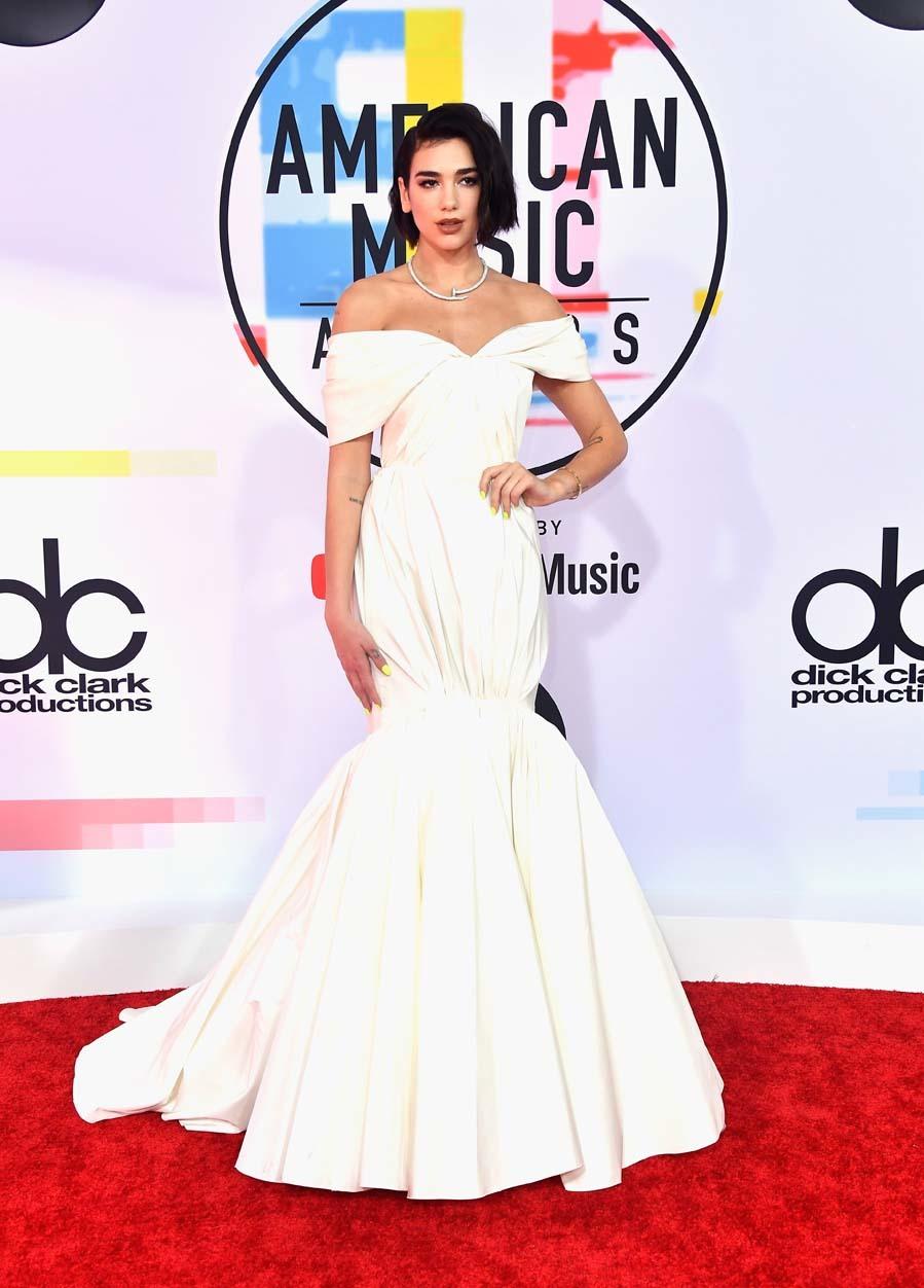 La cantante lució un vestido blanco abullonado con cola de...