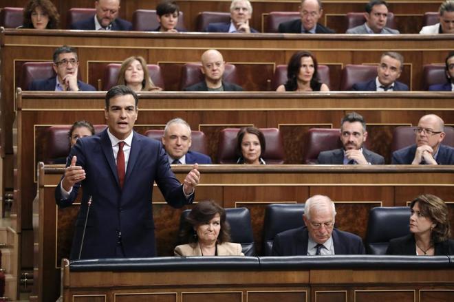 Pedro Sánchez, durante su intervención en la sesión de control al...