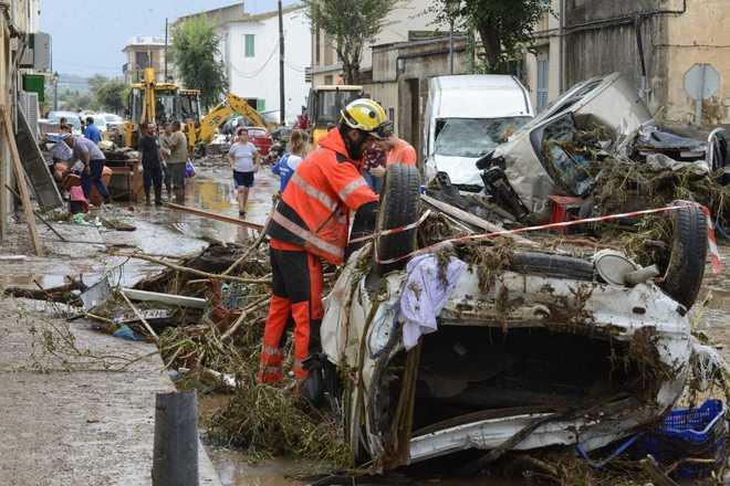 los bomberos trabajan en las inundaciones en Mallorca provocadas por...