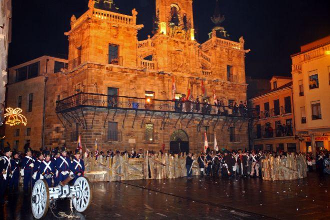 Escenificación de la proclama de tropas napoleónicas en la Plaza Mayor, bajo el edificio del Ayuntamiento.