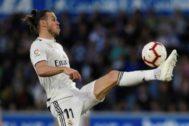 Bale controla el balón el partido que enfrentó al Real Madrid contra el Alavés