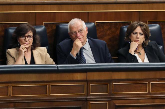 Los ministros Carmen Calvo, Josep Borrel y Dolores Delgado durante la...