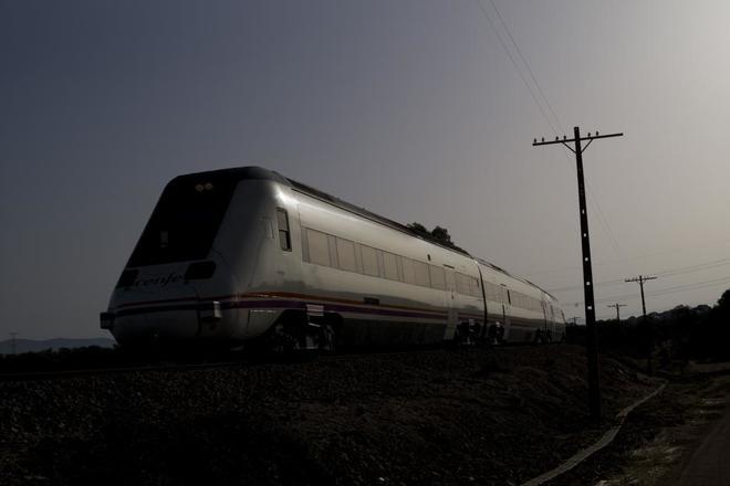 Un tren operado por Renfe se dirige a la estación de Mérida.