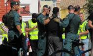 Agentes de la Guardia Civil conducen al detenido en Vinaròs por su presunta colaboración con la célula que atentó en Cataluña.