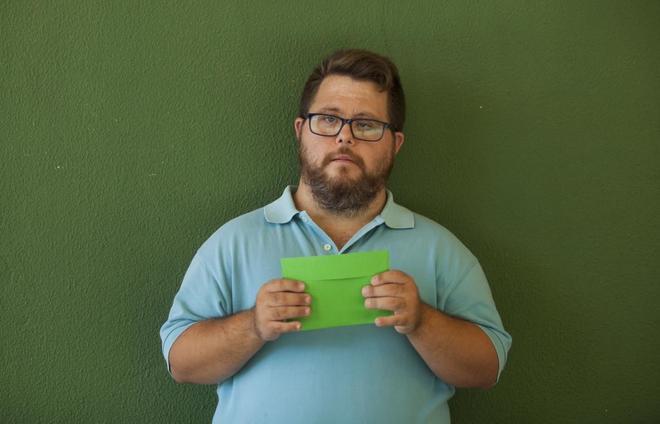 Un joven discapacitado pide su derecho al voto
