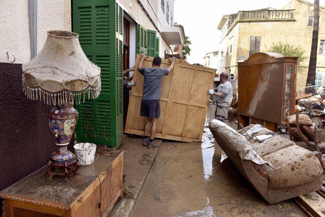 Vista de una de las calles de Sant Llorenç tras las riadas